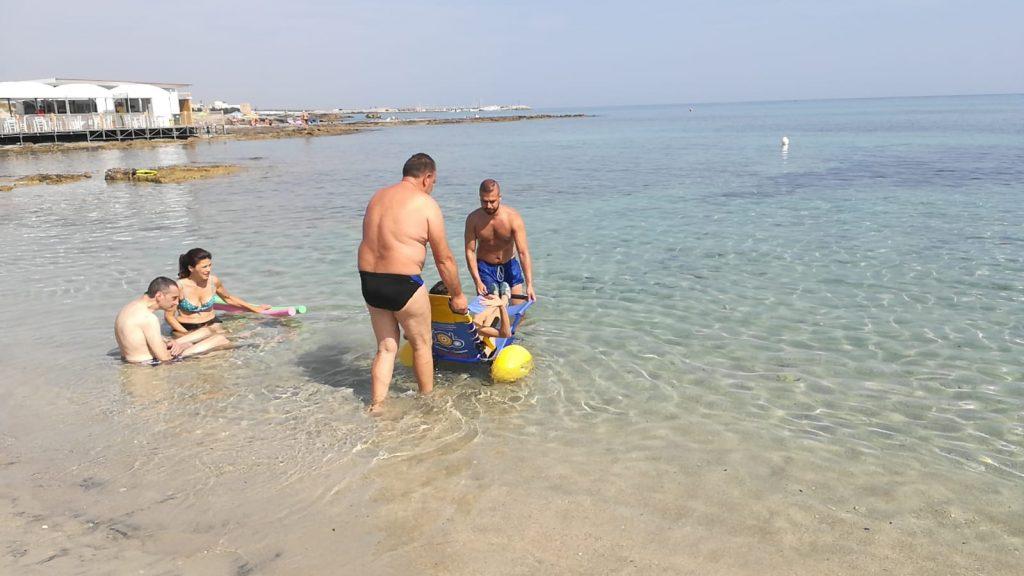 """Spiaggia attrezzata per la fisioterapia in mare: da domani al via """"Il mare di tutti"""" dedicato alle persone con sclerosi multipla"""